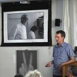 Micha Bahr referiert unter dem skeptischen Blick Friedel Gutmanns..