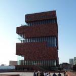 Einige Teilnehmer bestaunen das neue antwerpener Museum